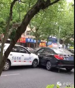 宜兴东虹发生车祸,一教练车怼上了私家车...