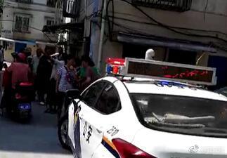 宜城街道王府附近今天上午一名女子被捅伤,目前伤亡情况不明。