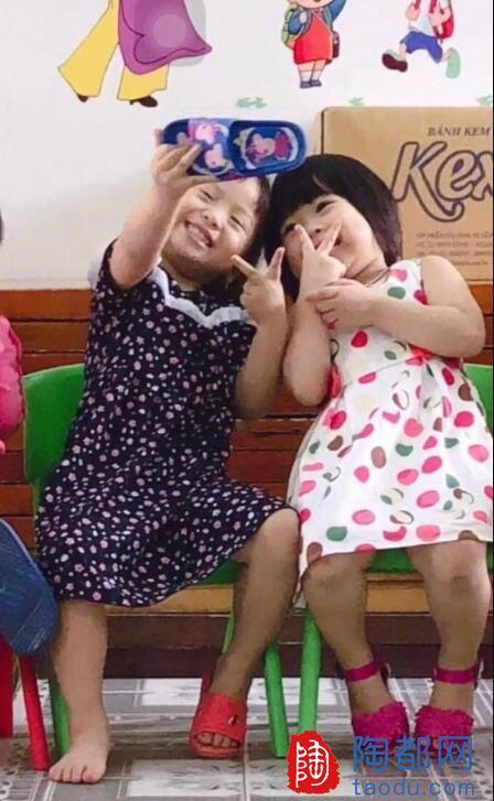 啊啊啊啊太可爱了吧!幼儿园偷拍照:小朋友用拖鞋和姐妹自拍!我要来偷小孩了