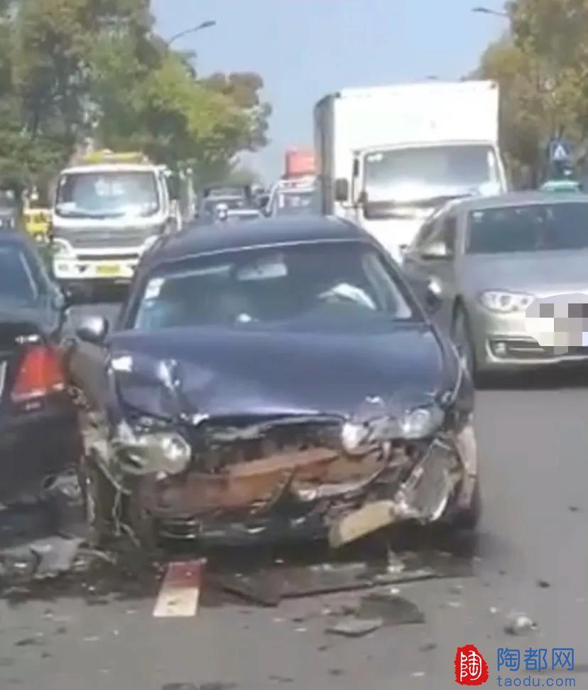 """宜兴五金市场路旁发生车祸!事故车辆撞的""""面目全非""""!"""
